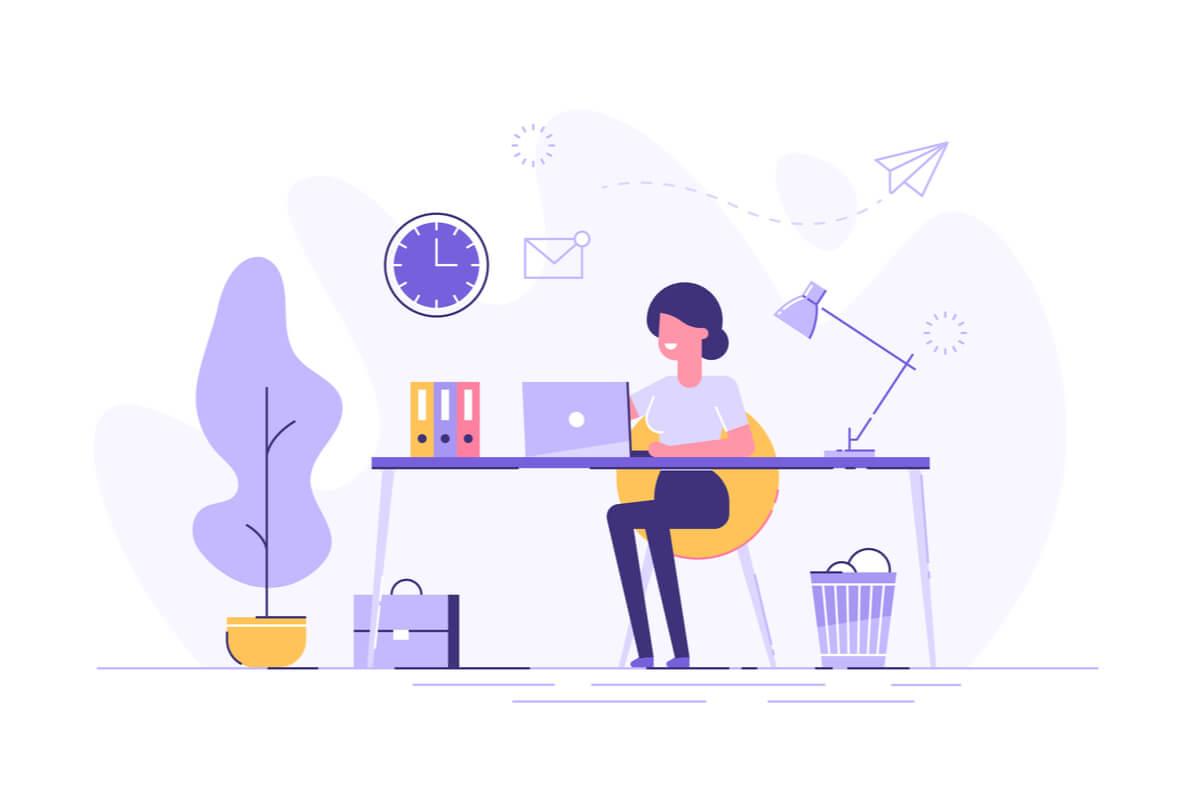 una ragazza sulla sua scrivania mentre lavora da casa