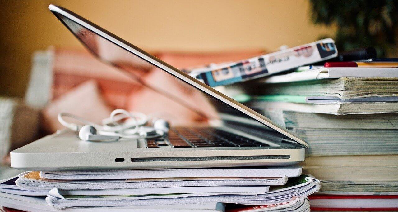 fare scuola tra scrivanie e computer