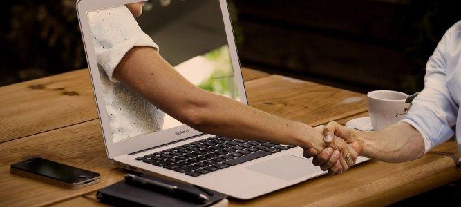 stretta di mani digitale